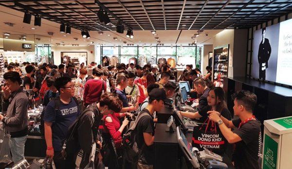 săn quần áo hàng hiệu giảm giá tại Vincom